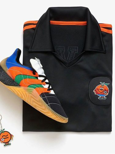 Zapatillas y polo de Adidas y Sivasdescalzo de la colección inspirada en el mundial del 82