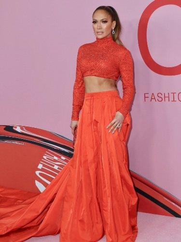 Jennifer Lopez con un conjunto monocolor en la alfombra roja de los CFDA Fashion Awards 2019