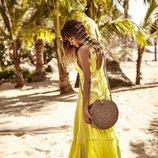 Aitana con vestido amarillo y bolso de rafia colección verano 2019 de Stradivarius