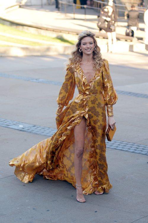Martha Hunt con un vestido en tonos dorados en los Premios CFDA 2019