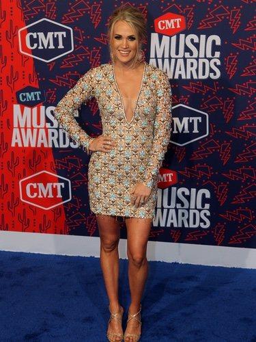Carrie Underwood recoge su Grammy con un mini vestido con adornos en los CMT Music Awards 2019