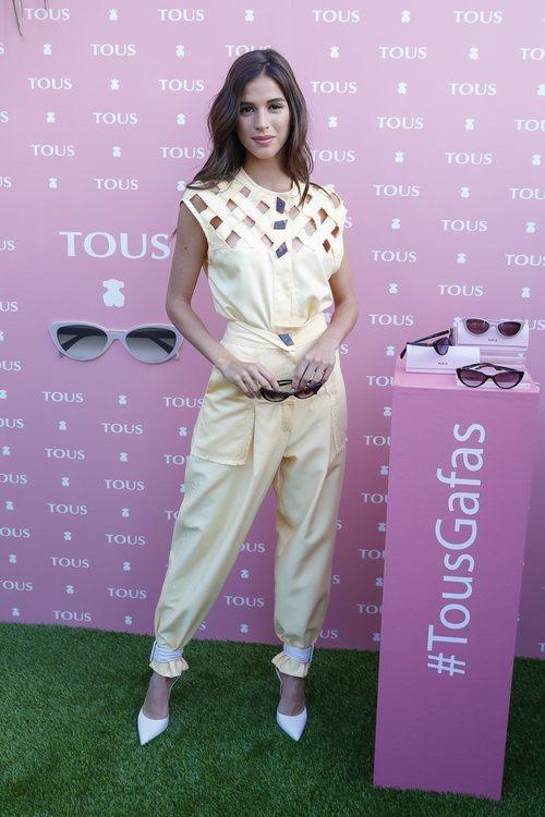 Sandra Gago amadrina la nueva colección de gafas de Tous con un look monocolor vainilla