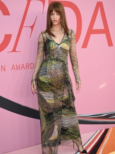 Barbara Palvin con un vestido estampado retro en los CFDA Fashion Awards 2019