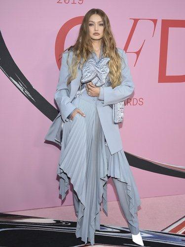 Gigi Hadid con un diseño asimétrico de Louis Vuitton en los CFDA Fashion Awards 2019