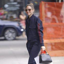 Olivia Palermo con conjunto cómodo en azul marino por las calles de Nueva York