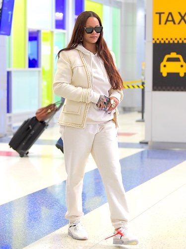 Rihanna aterriza en el Aeropuerto JFK de Nueva York con un chándal blanco