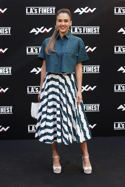 Jessica Alba con falda evasé y camisa cropped en la presentación de 'L.A's Finest'