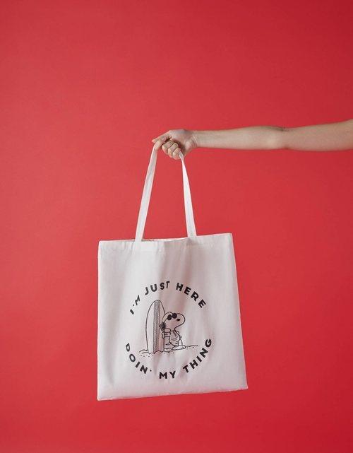 Bolsa estampada con Snoopy para la colección Bershka x Snoopy de verano 2019