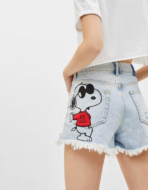 Shorts en denim pintados con Snoopy para la colección Bershka x Snoopy verano 2019