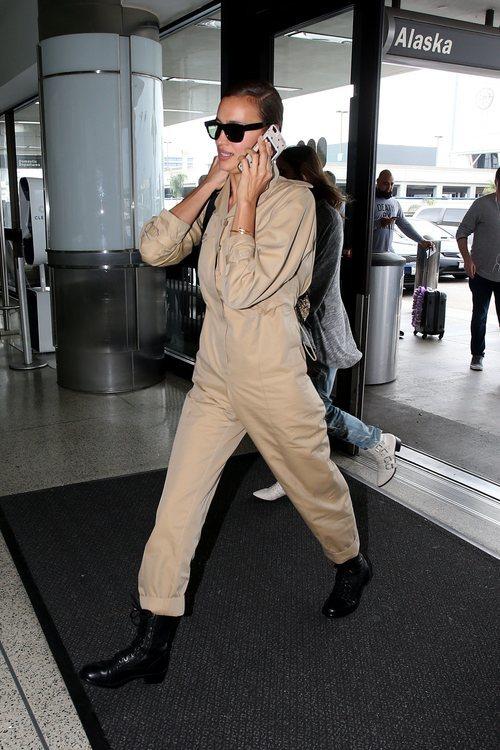 Irina Shayk con mono cargo color arena en Los Ángeles