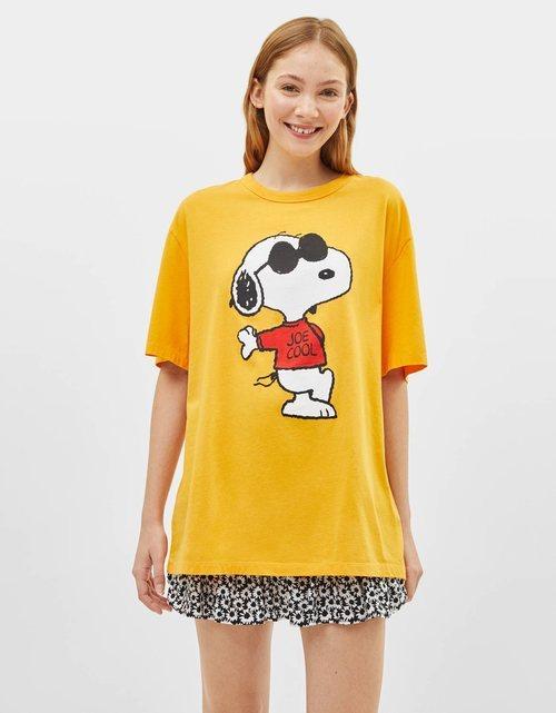 Camiseta de manga corta y estampado de Snoopy para la colección Bershka x Snoopy verano 2019