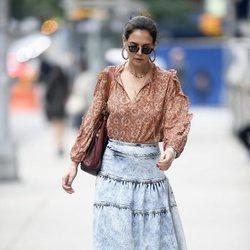 Katie Holmes con falda vaquera midi y blusa estampada en Nueva York