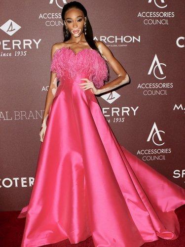 Winnie Harlow luce un vestido rosa con plumas en los Premios ACE 2019