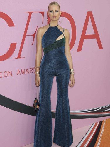 Karolina Kurkova con un mono azul de Tommy Hilfiger en los CFDA Fashion Awards 2019