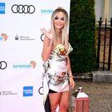 Rita Ora con vestido corto en el evento solidario del Palacio de Hampton Court