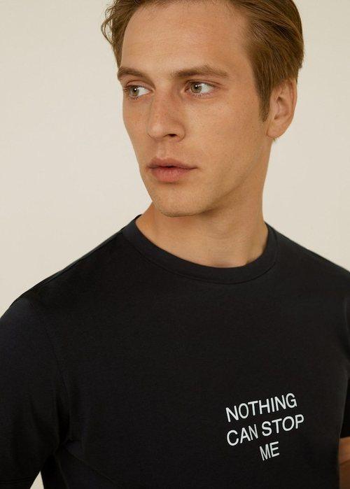 Camiseta negra con texto estampado de Mango Man para apoyar la lucha contra el cáncer de próstata