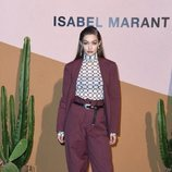 Gigi Hadid con traje masculino burdeos en el desfile de Isabel Marant en Milán