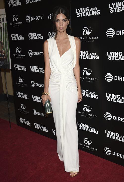 Emily Ratajkowski con un vestido blanco muy elegante en la presentación de 'Mentir y Robar'