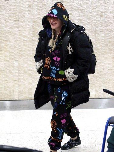 Madonna pasea por las calles de Nueva York con un chandal de dibujos, chanclas y un plumas