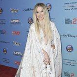 Avril Lavigne con un vestido largo de capa y estampado estelar en los ARDYs