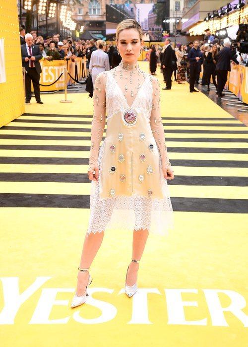 Lily James con un diseño romántico de Burberry en la premiere de 'Yesterday'