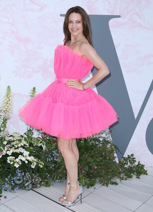 Kimberleigh Gelber con un vestido rosa de tul en el V&A Summer Party de Londres