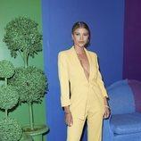 Sofia Richie con un traje monocolor amarillo vainilla en la fiesta del Orgullo de Alice + Olivia