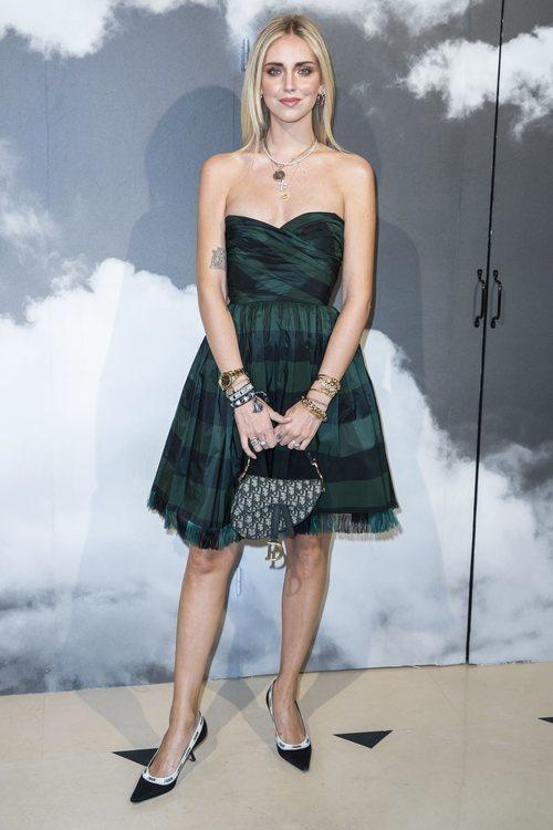 Chiara Ferragni con total look de Dior en el desfile de la marca en la semana de la moda de París