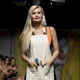 La diseñadora Maya Hansen saluda a la salida del desfile en Madrid