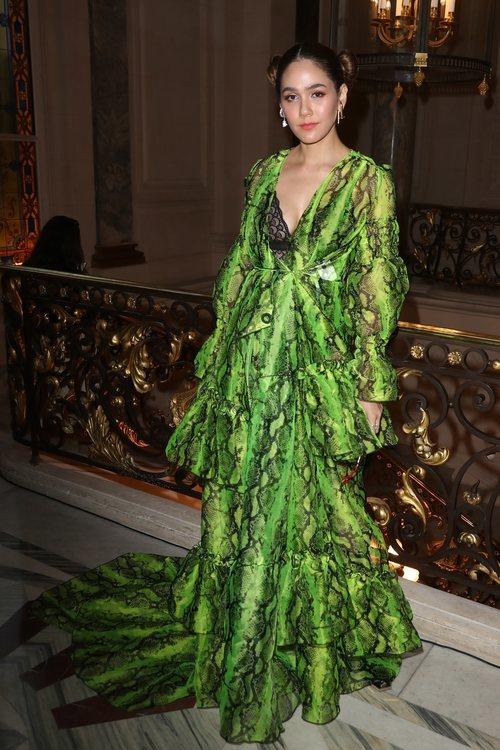 Araya A. Hargate con un vestido vaporoso verde y estampado de serpiente en la Fashion Week París