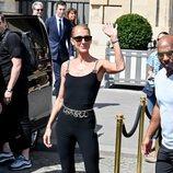 Céline Dion con un modelo de la última colección de Chanel