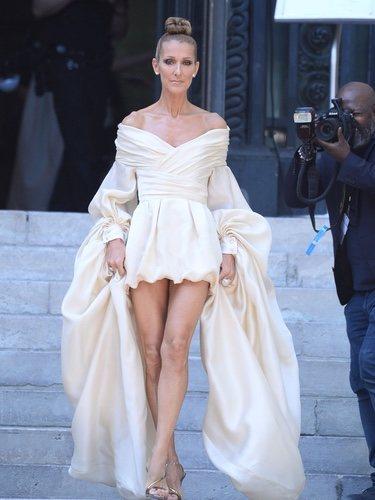 Céline Dion con un mini vestido crudo en la Fashion Week de París