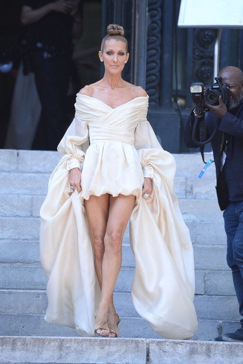 Céline Dion con un mini vestido crudo en la Fashion Week de París