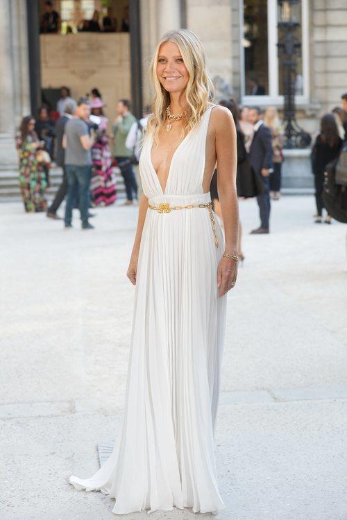 Gwyneth Paltrow con vestido blanco plisado de Valentino en la Fashion Week de París