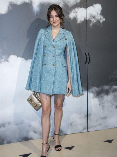 Shailene Woodley con un mini vestido blazer azul celeste en el desfile de Dior de la Fashion Week de París