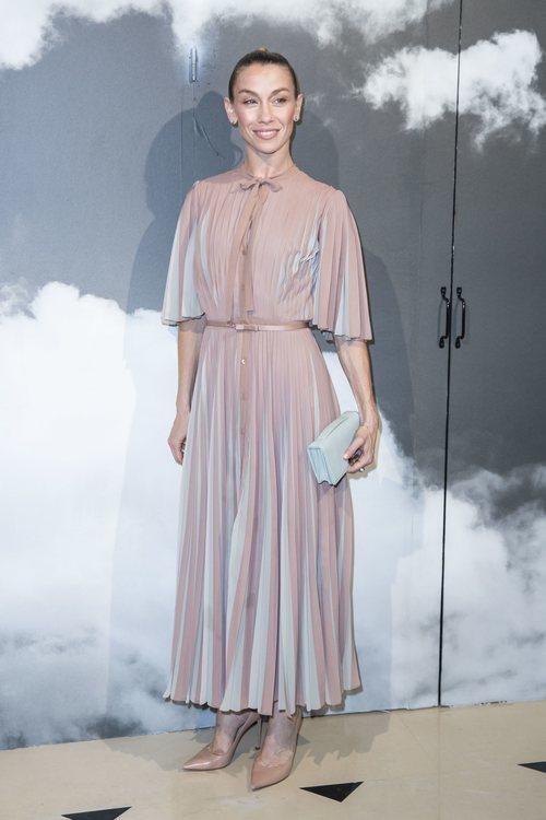 Eleonora Abbagnato con vestido plisado bicolor en la fashion week de París