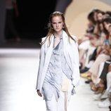 Conjunto de camisa lencera y pantalón de lino blanco de la colección primavera/verano 2020 de Ángel Schlesser en la MBFWMadrid julio 2019