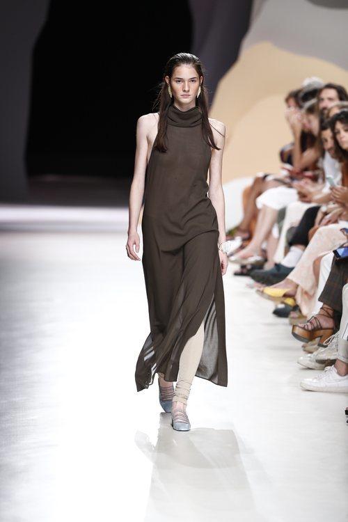 Vestido de corte asimétrico y cuello cisne de la colección primavera/verano 2020 de Ángel Schlesser en la MBFWMadrid julio 2019