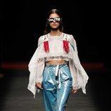 Modelo con un conjunto de pantalón y blusa  de la colección primavera/verano 2020 de Custo Barcelona en la MBFWMadrid julio 2019