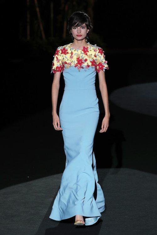 Vestido azul cielo con detalles florales en el desfile de Hannibal Laguna primavera/verano 2020 durante la MVBFWMadrid julio 2019