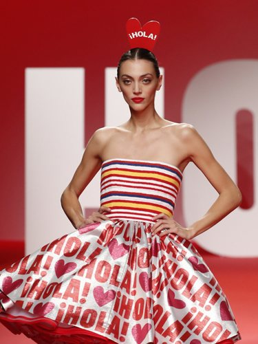 Modelo luciendo falda de volantesen el desfile primavera/verano 2020 de Ágatha Ruíz de la Prada en la MBFWMadrid 2019