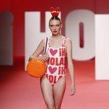 Modelo luciendo bikini estampado en el desfile primavera/verano 2020 de Ágatha Ruíz de la Prada en la MBFWMadrid 2019