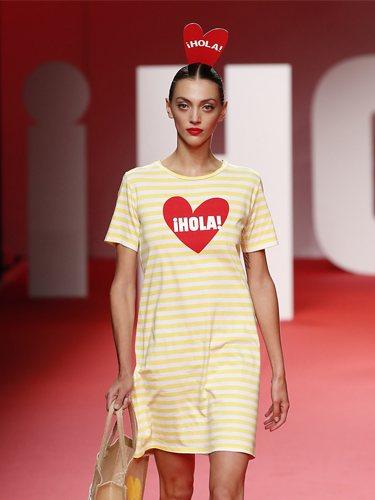 Modelo luciendo vestido de rallas amarillo en el desfile primavera/verano 2020 de Ágatha Ruíz de la Prada en la MBFWMadrid 2019