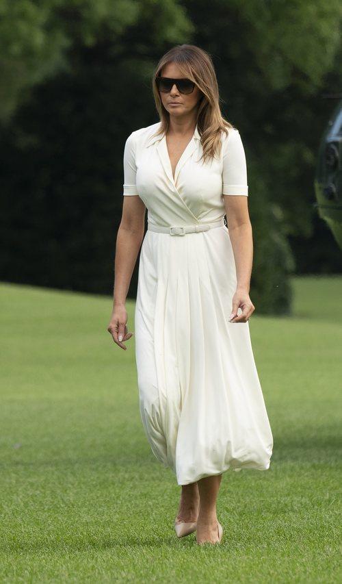Melania Trump se enfunda un vestido plisado blanco de Ralph Lauren