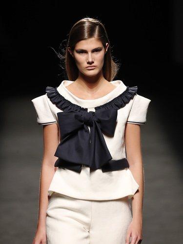 Modelo blanco y negro de la nueva colección de Devota & Lomba primavera-verano 2020