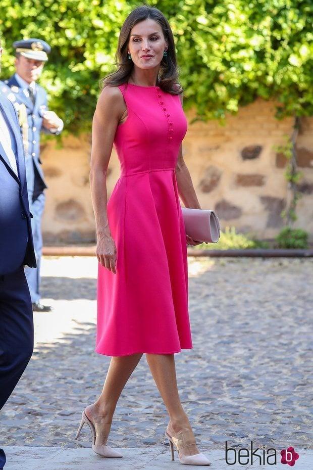 La Reina Letizia deslumbra con un vestido rosa fucsia en su visita a Almagro