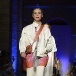 Modelo con un conjunto de cazadora y falda de la colección primavera/verano 2020 de Roberto Verino