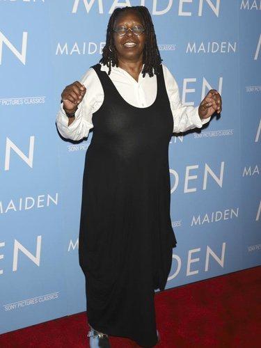 Whoopi Goldberg se enfunda en un vestido negro con una camisa blanca de popelín en la presentación de Maiden