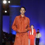 Modelo con un conjunto dos piezas de la colección primavera/verano 2020 de Roberto Verino