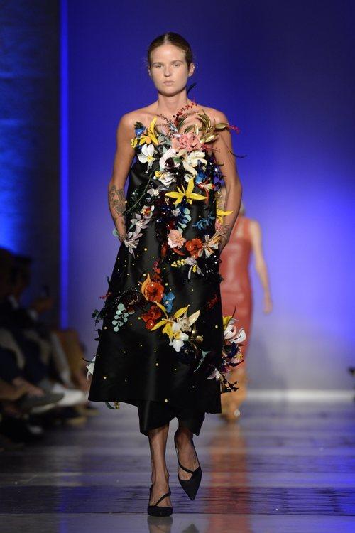 Modelo luciendo un vestido negro  de la colección primavera/verano 2020 de Roberto Verino